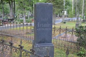 Ahveniston hautausmaalla on myös Jannen ensimmäisen viulunsoitonopettajan Gustaf Levanderin hauta.